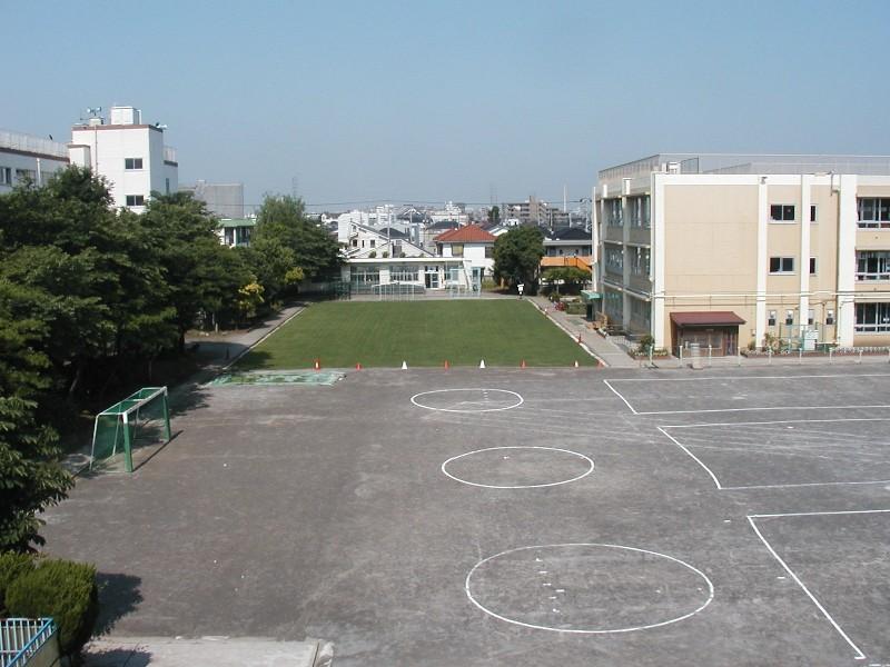 高砂小学校西側校庭緑化整備工事の遠景写真