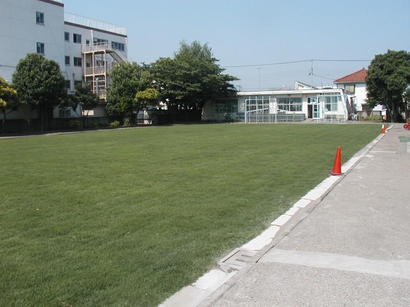 高砂小学校西側校庭緑化整備工事の近景写真