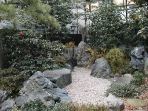 樹木や石で作られた枯池