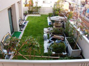 芝生と樹木で作られた屋上庭園